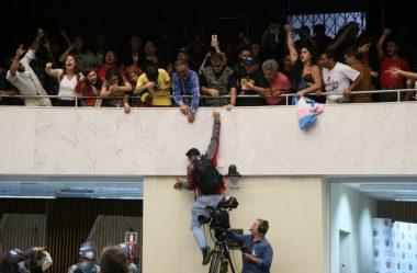SESSÃO PLENÁRIA É ENCERRADA APÓS INVASÃO DE MANIFESTANTES
