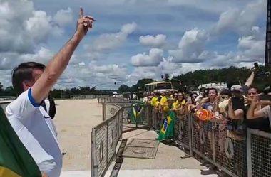 BOLSONARO DEIXA ISOLAMENTO E CUMPRIMENTA MANIFESTANTES DE ATOS PRÓ-GOVERNO