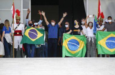 BOLSONARO E 11 MINISTROS PARTICIPAM DE MANIFESTAÇÃO EM FRENTE AO PALÁCIO DO PLANALTO