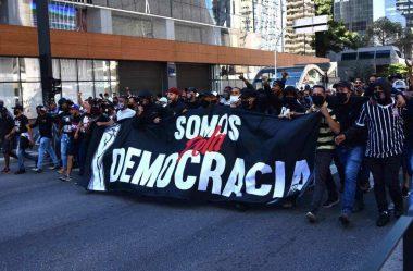 TORCIDAS RIVAIS SE UNEM EM ATO PRÓ-DEMOCRACIA