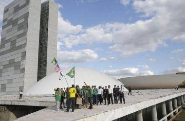 DEPOIS DE TER ACAMPAMENTO DESMONTADO, '300 DO BRASIL' INVADE CÚPULA DO CONGRESSO
