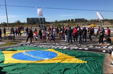 POLÍCIA SEPARA ATOS A FAVOR E CONTRA BOLSONARO EM BRASÍLIA