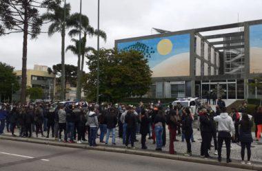 MANIFESTANTES PROTESTAM CONTRA RESTRIÇÃO DE ATIVIDADES NO COMÉRCIO EM CURITIBA