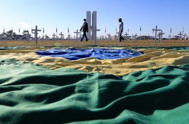 PROTESTO POR MORTOS DA COVID-19 NA ESPLANADA CRITICA BOLSONARO