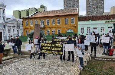 MANIFESTANTES PROTESTAM PELA REABERTURA DA FEIRA DO LARGO DA ORDEM, EM CURITIBA
