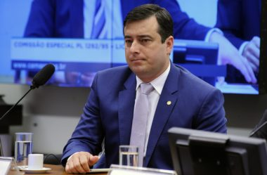 JOÃO ARRUDA SUGERE DEBATE DIANTE DA CASA DE GRECA