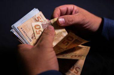 BOLSONARO DIZ QUE ASSINARÁ MP QUE ELEVA SALÁRIO MÍNIMO PARA R$ 1.100 EM 2021