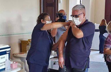 PROFESSORES DE PARANAGUÁ RECEBEM 1ª DOSE DA VACINA CONTRA A COVID-19