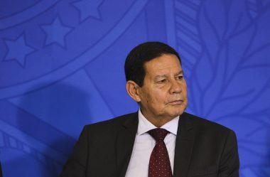 MOURÃO ASSINA DECRETO PARA PERMITIR MILITAR INATIVO NO SERVIÇO PÚBLICO