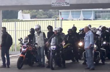 BOLSONARO PASSEIA COM CENTENAS DE MOTOCICLISTAS EM BRASÍLIA